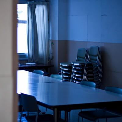 「椅子を重ねた薄暗い会議室」の写真素材