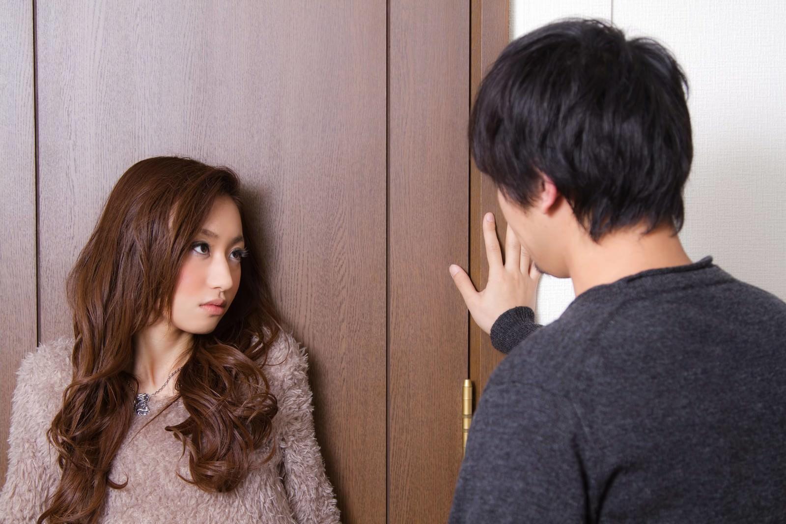 「『ダメ!ここは通さない・・・』とドアの前の恋人」の写真[モデル:大川竜弥 北野佑々]