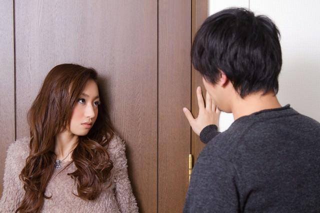 『ダメ!ここは通さない・・・』とドアの前の恋人の写真