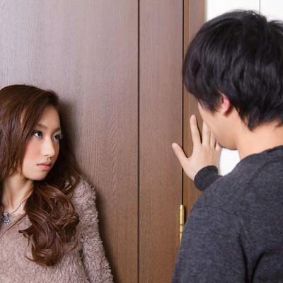 「『ダメ!ここは通さない・・・』とドアの前の恋人」の写真素材