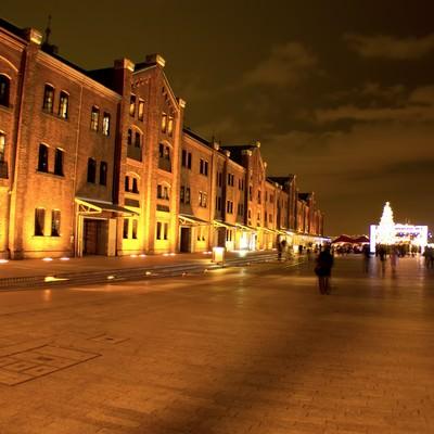 「ライトアップされた赤レンガ」の写真素材