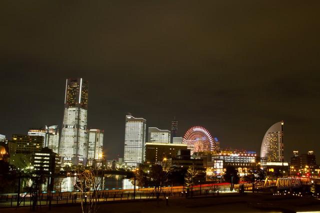みなとみらいが全館点灯するタワーズミライトの写真