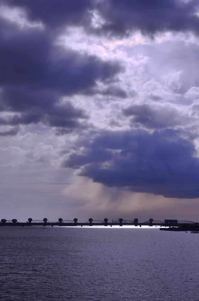 河口堰と曇り空の写真