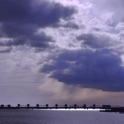 「河口堰と曇り空」の写真素材