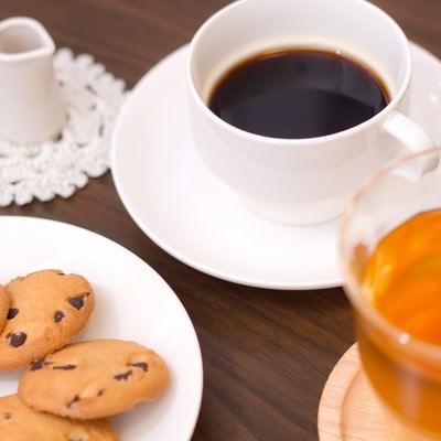 コーヒーとクッキーとミルクの写真