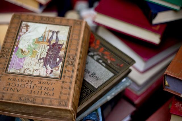 乱雑に置かれた洋書の写真