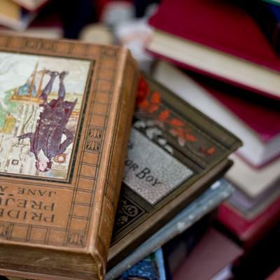 「乱雑に置かれた洋書」の写真素材