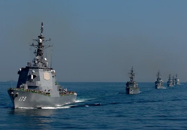 観閲式のイージス艦と護衛艦の写真