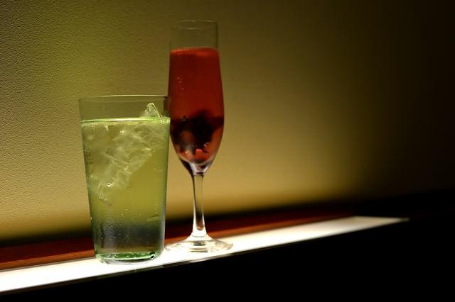 シャンパンとグラスの写真