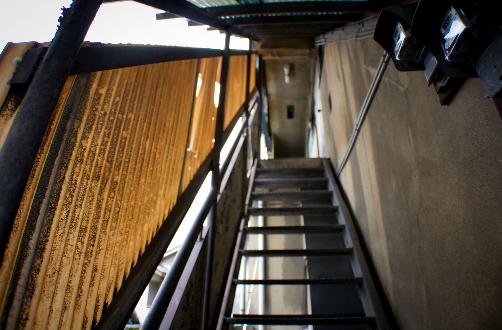 「不気味なアパートの階段 | 写真の無料素材・フリー素材 - ぱくたそ」の写真