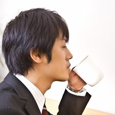 「コーヒーを飲むサラリーマン」の写真素材