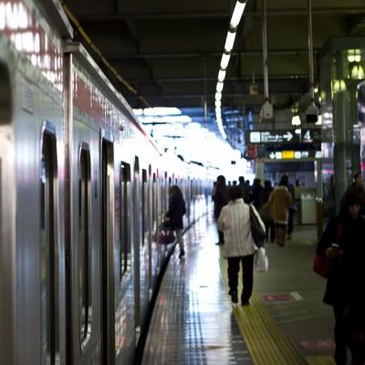 電車と駅のホームの写真