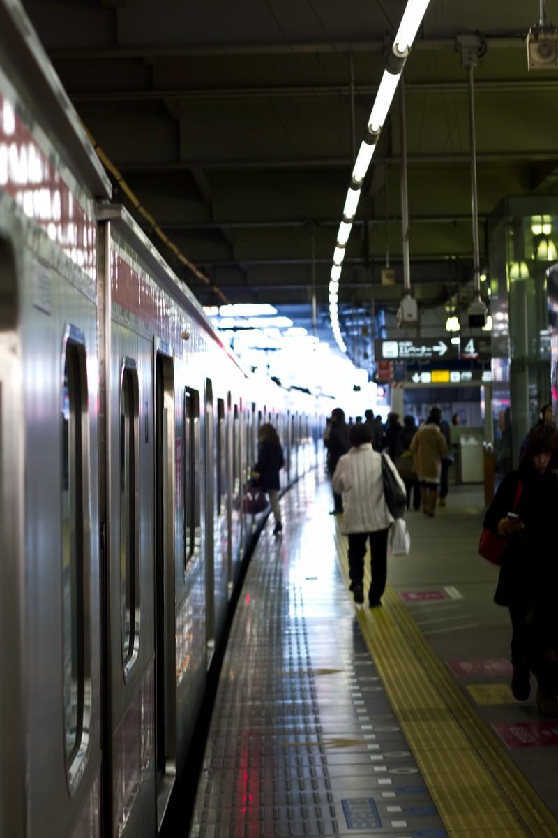 「電車と駅のホーム」の写真