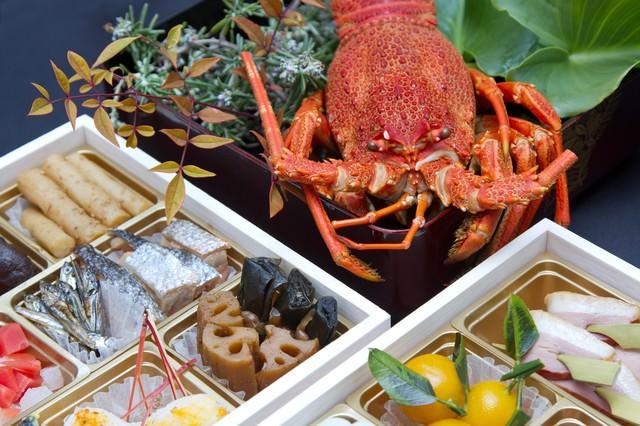 お正月・伊勢海老とおせち料理の写真