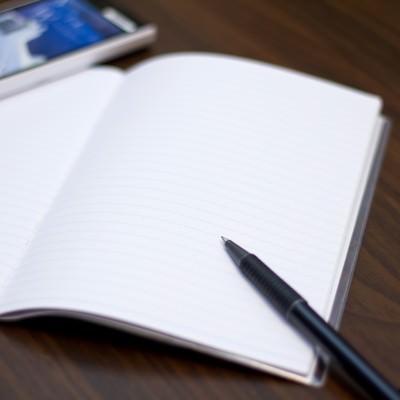 「携帯とノートとペン」の写真素材