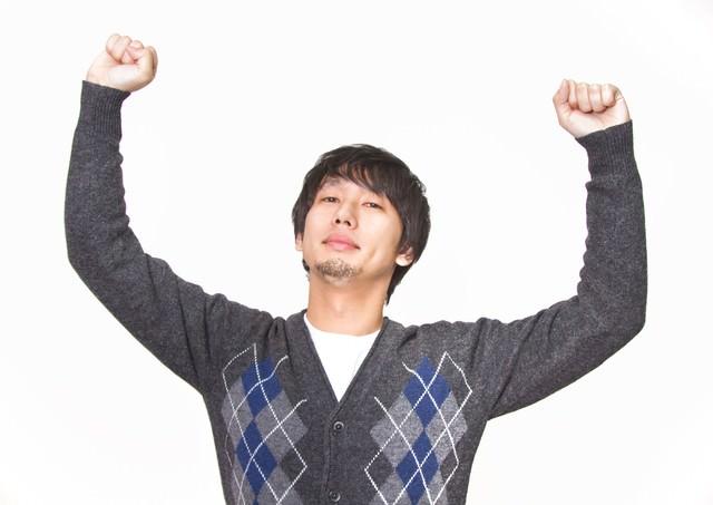 『コロンビア!』っと腕を高々とあげる男性の写真