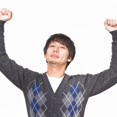 「『コロンビア!』っと腕を高々とあげる男性」の写真素材