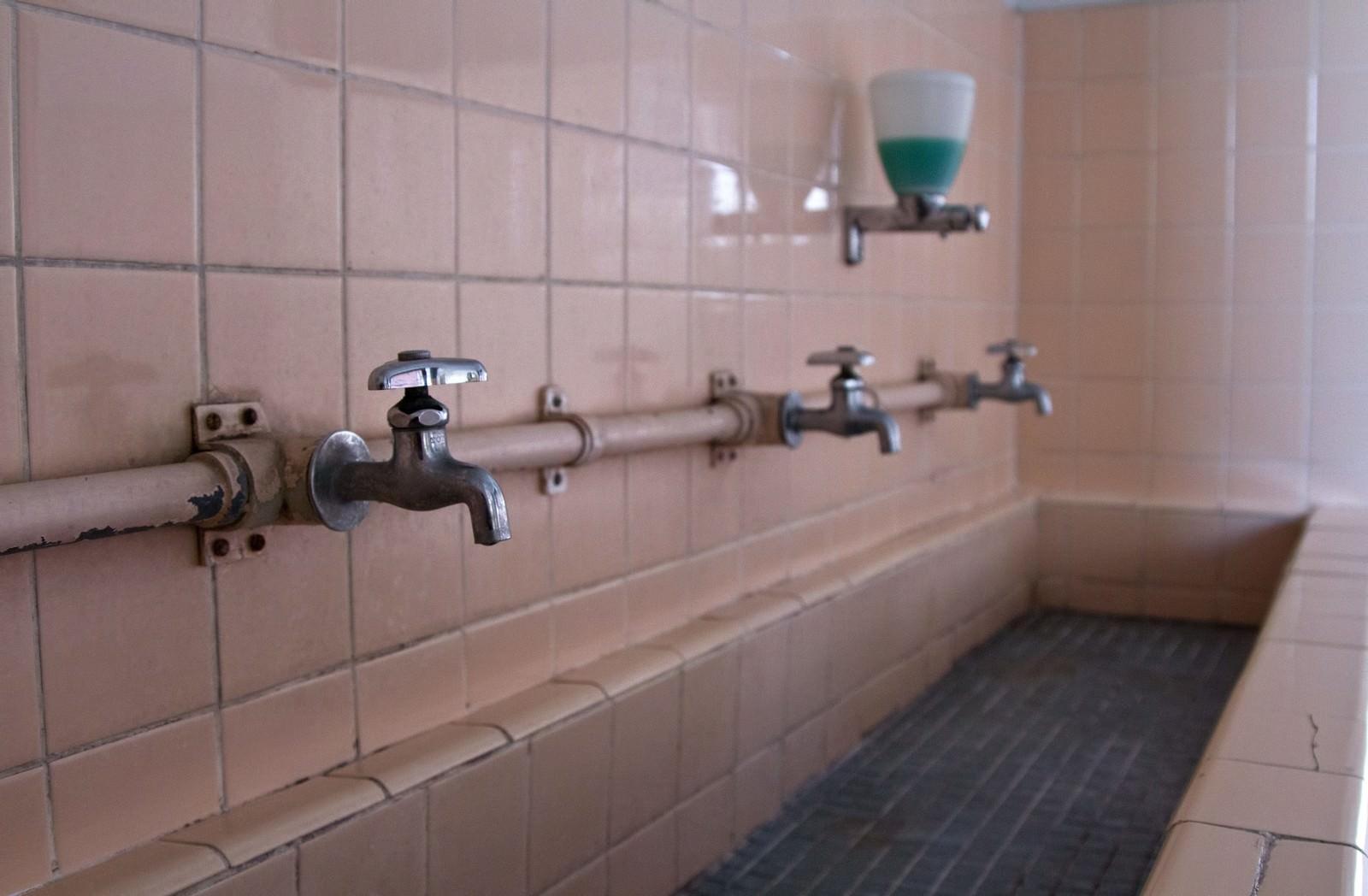 「朽ちた手洗い場」の写真