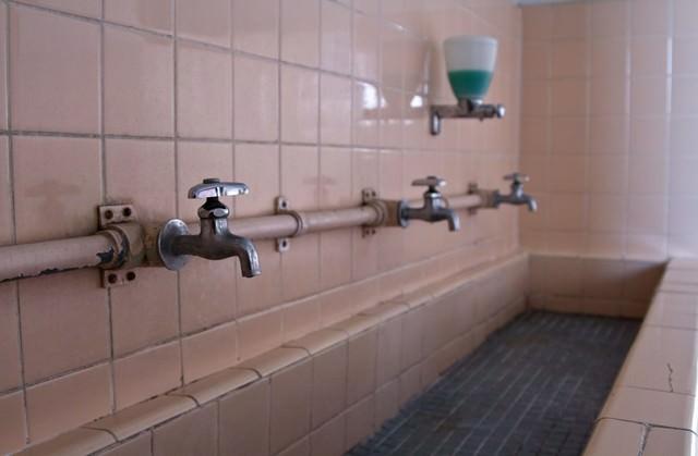 朽ちた手洗い場の写真