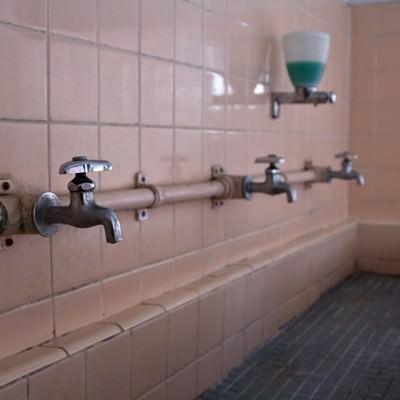 「朽ちた手洗い場」の写真素材