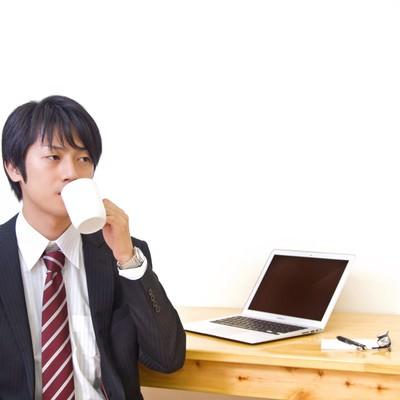 「コーヒーで休憩中のWebデザイナー」の写真素材
