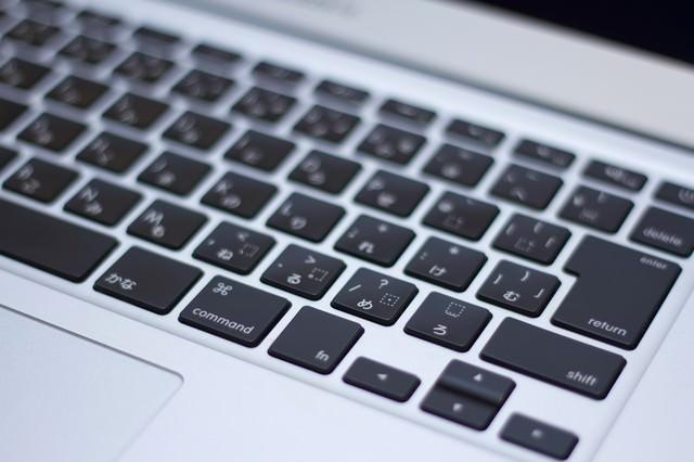 ノートパソコンのキーボードの写真
