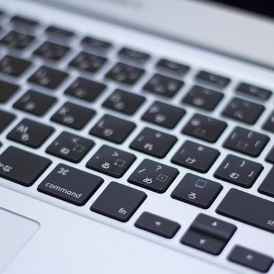 「ノートパソコンのキーボード」の写真素材