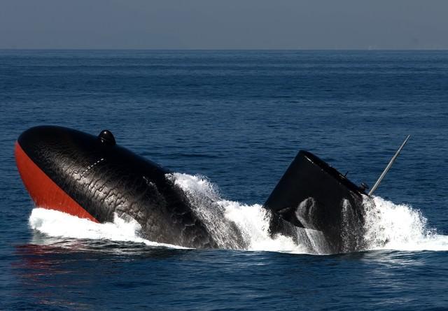 浮上する潜水艦の写真