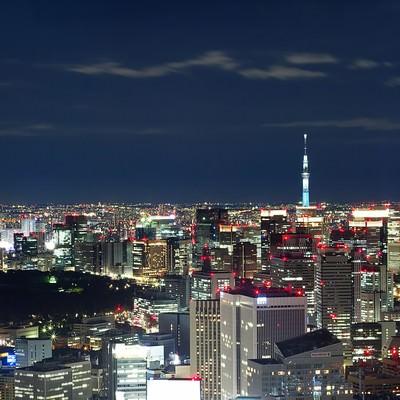 「スカイツリーと東京の夜景(六本木ヒルズ展望台から)」の写真素材