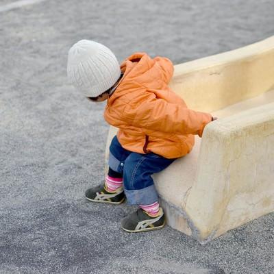 「滑り台から降りる子供」の写真素材