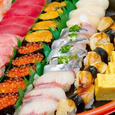 「うにといくらとまぐろの寿司詰め合わせ」の写真素材