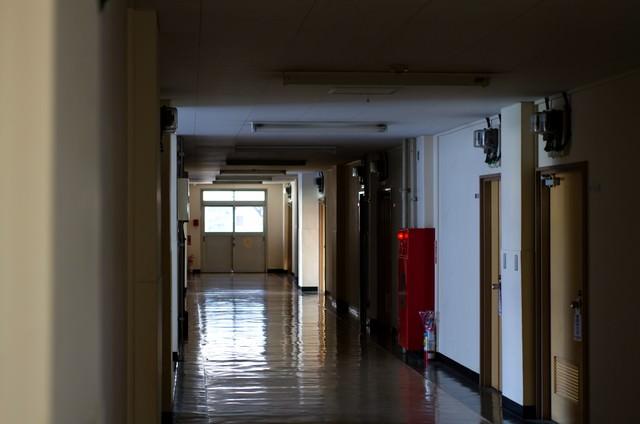うす暗い廊下の写真