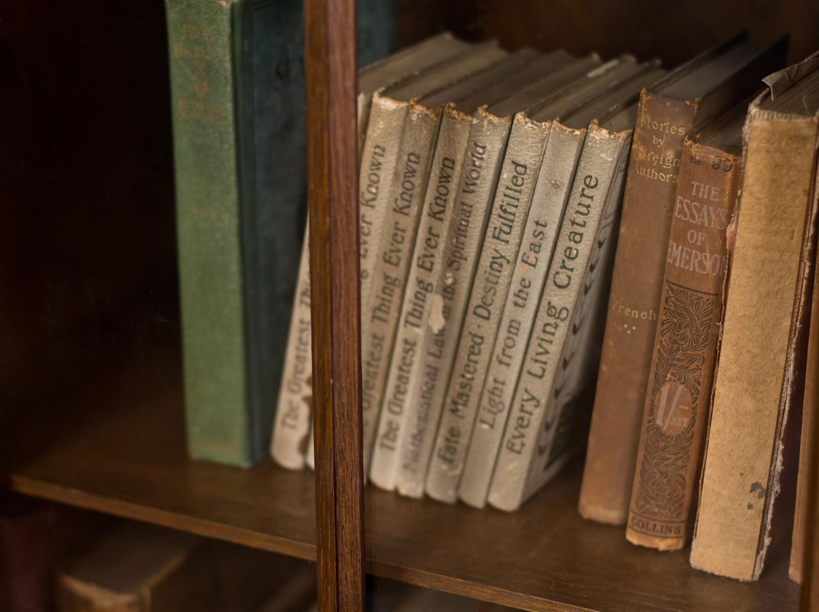 「本棚に置かれた洋書本棚に置かれた洋書」のフリー写真素材を拡大