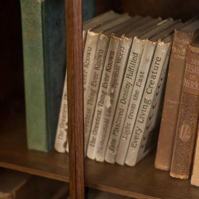 「本棚に置かれた洋書」の写真素材