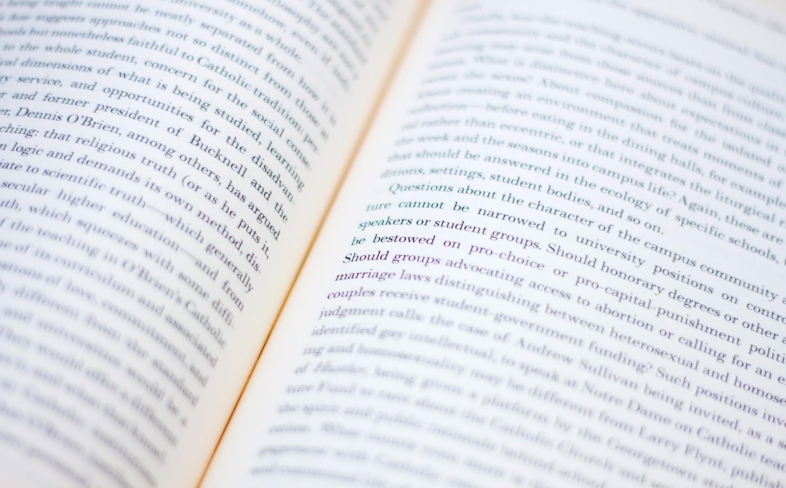 「洋書の見開き洋書の見開き」のフリー写真素材を拡大