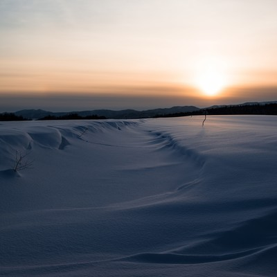 「夕焼けと雪原」の写真素材