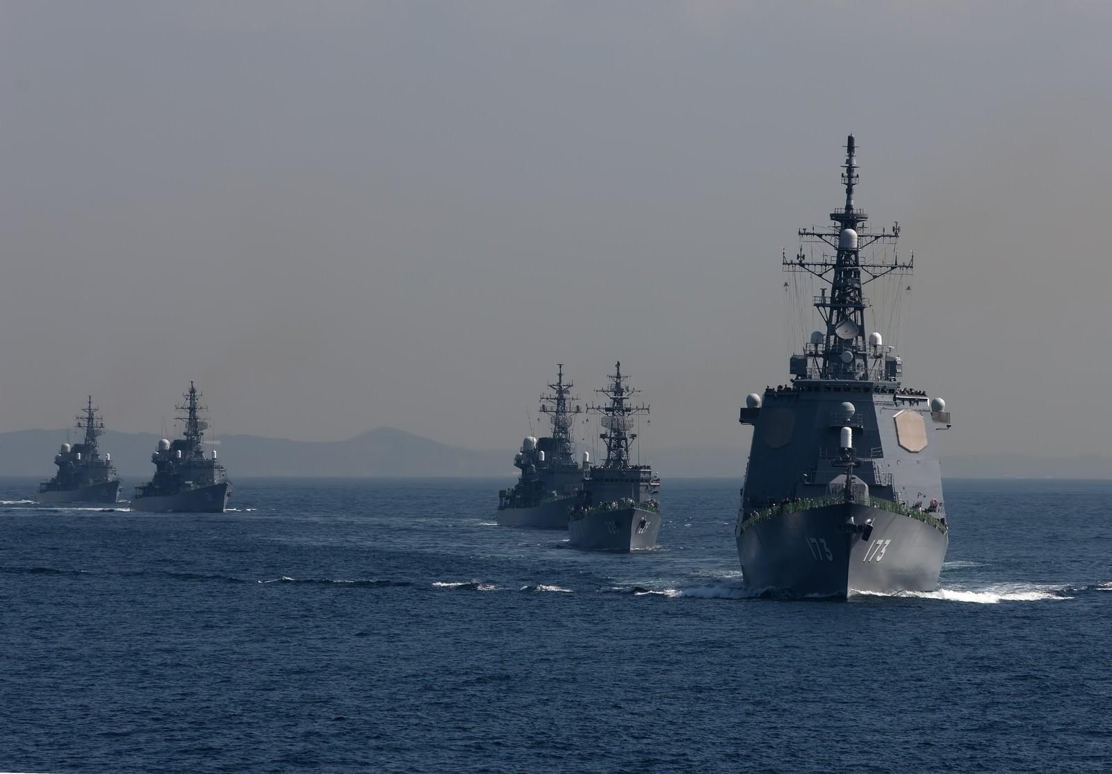 「イージス艦と護衛艦」の写真