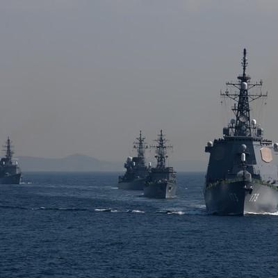「イージス艦と護衛艦」の写真素材