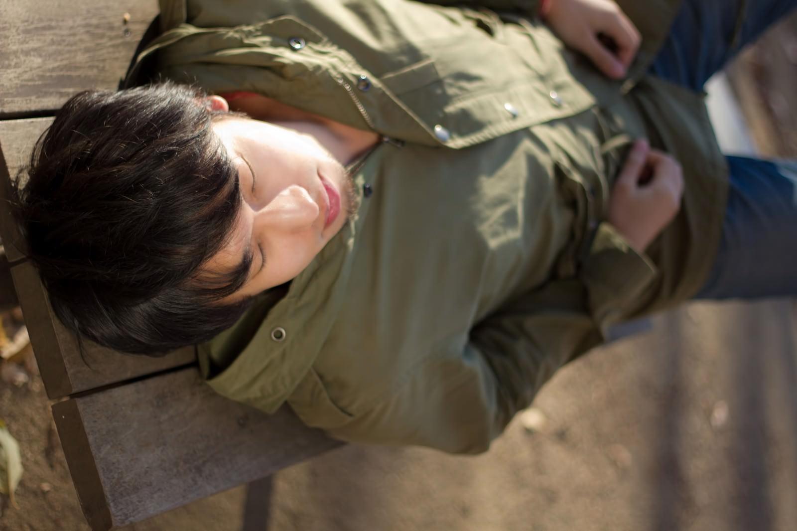 「ベンチで横になる男性ベンチで横になる男性」[モデル:大川竜弥]のフリー写真素材を拡大