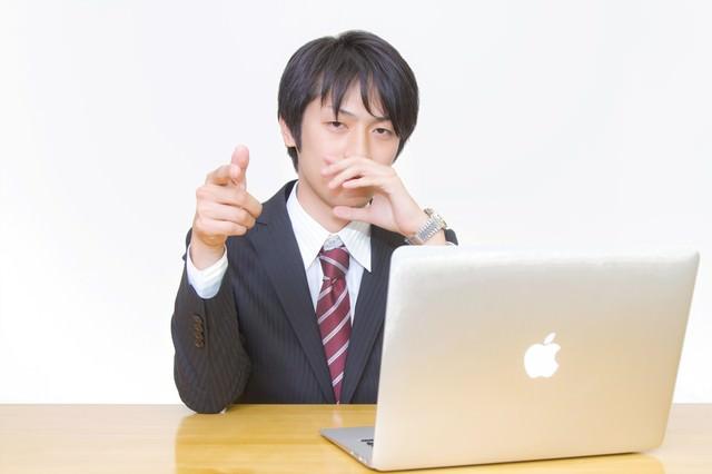 その提案を指摘するビジネスマンの写真