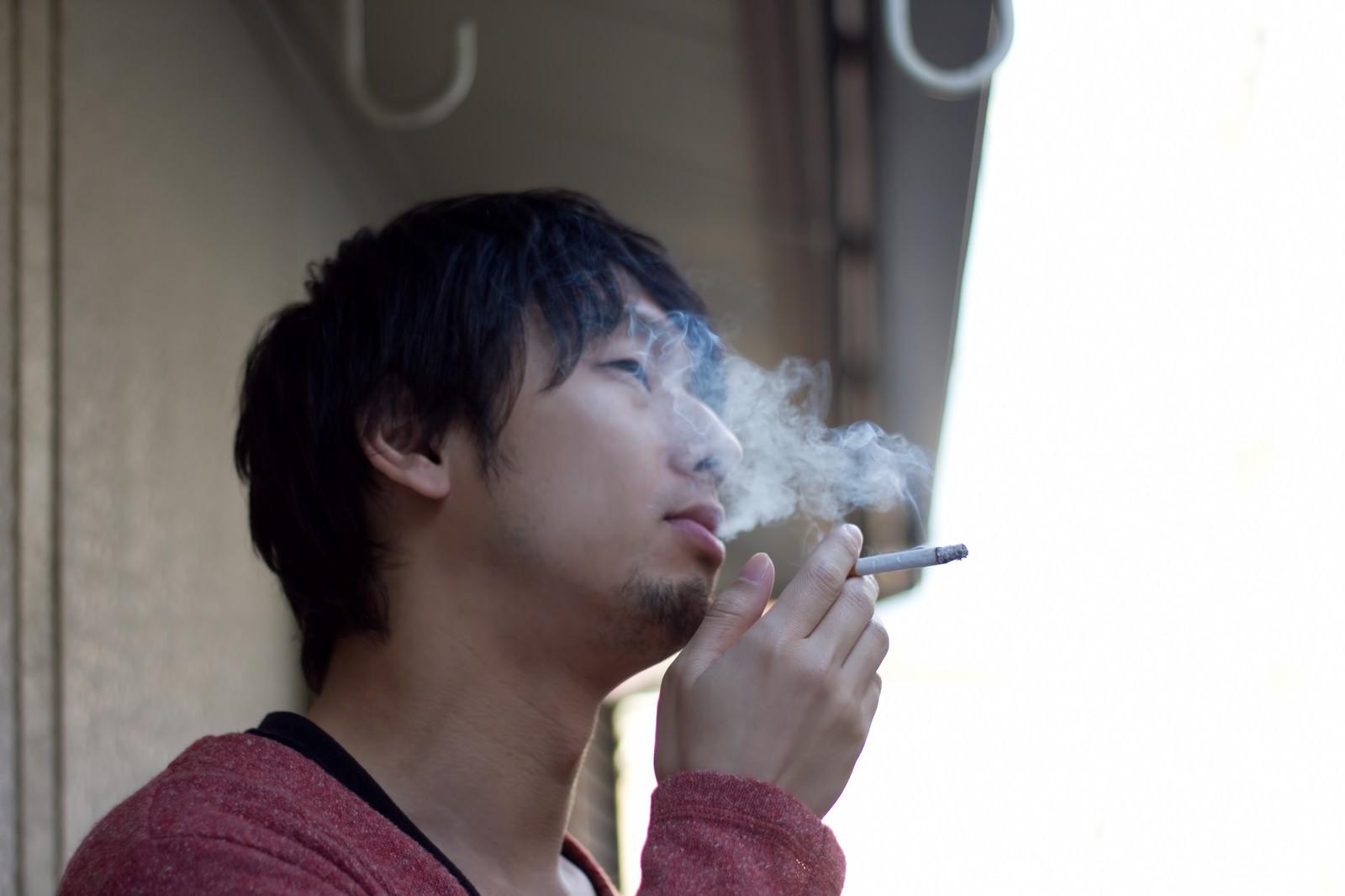 「ベランダで煙草を吸う(煙モクモク)ベランダで煙草を吸う(煙モクモク)」のフリー写真素材を拡大
