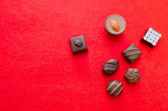 散らばったチョコレートの写真