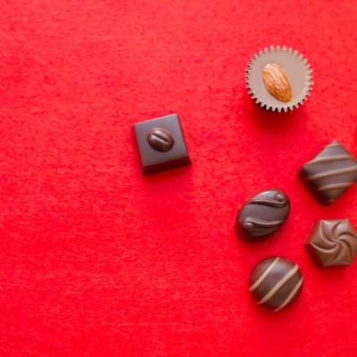 「散らばったチョコレート」の写真素材