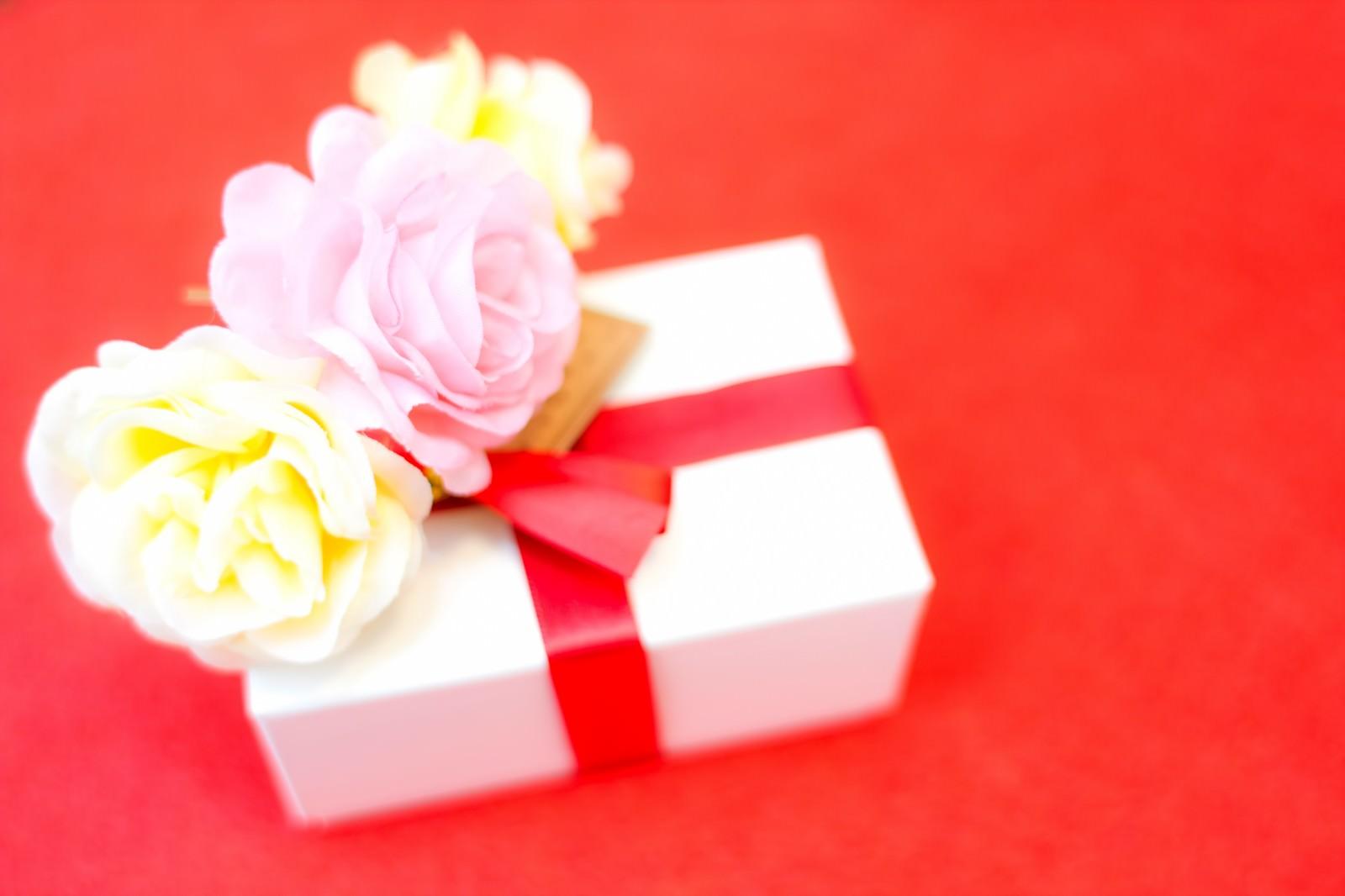 「お花とプレゼントお花とプレゼント」のフリー写真素材