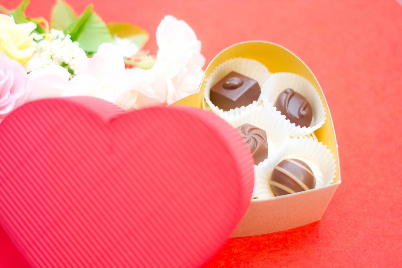 「ハート型の箱に入ったチョコレート」の写真