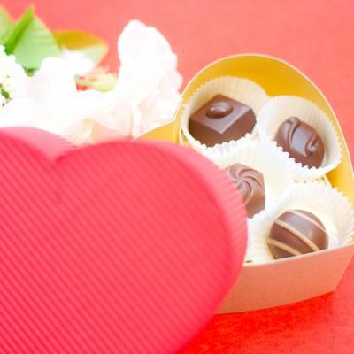 ハート型の箱に入ったチョコレートの写真