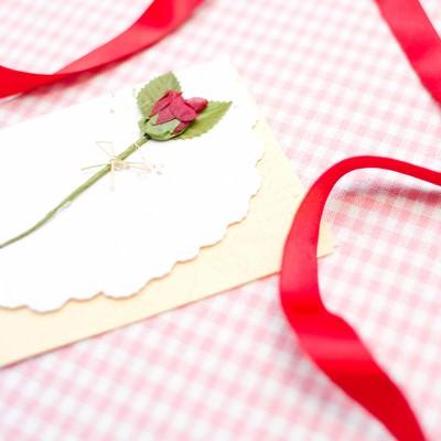 赤いリボンとレターの写真