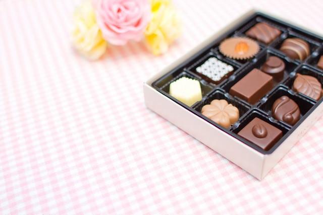 バレンタインのチョコレートとお花の写真