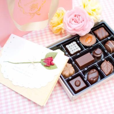 バレンタインのチョコレートと手紙の写真