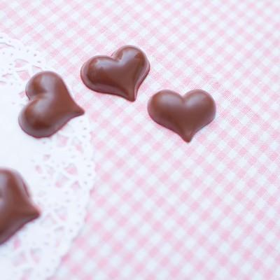 「ハート型のチョコレート」の写真素材